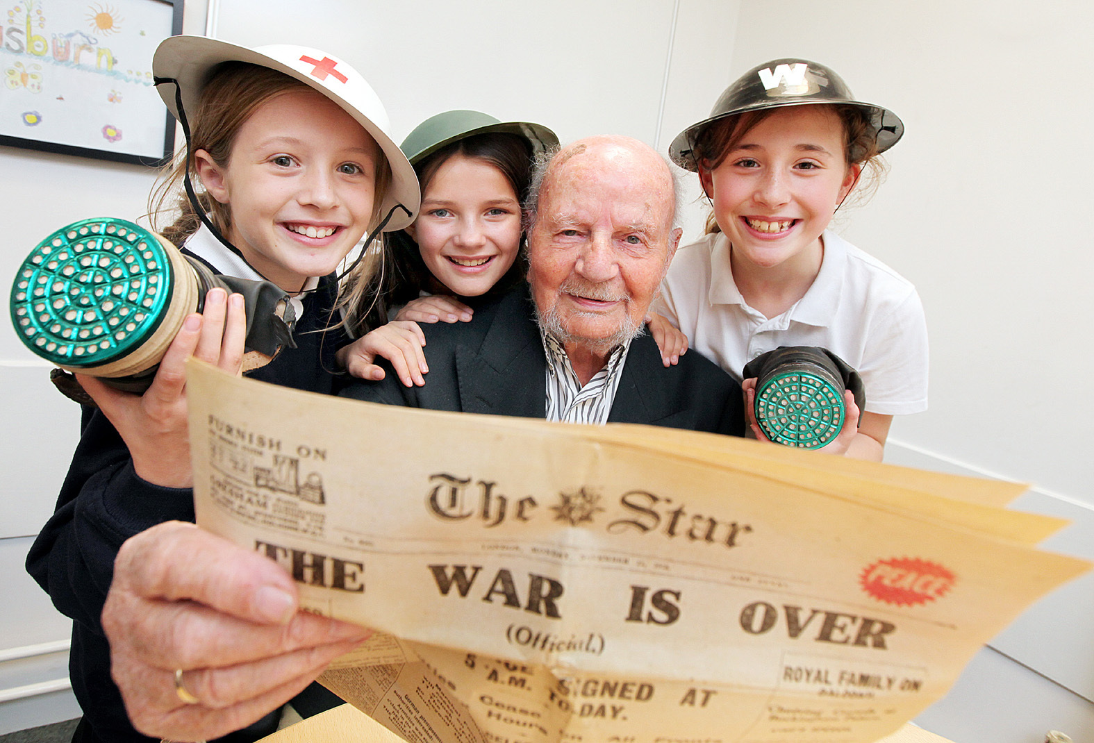 92 year old Walter Evans helps Bethany Done, Rebecca Sharp and Megan Clayton with their studies on World War Two